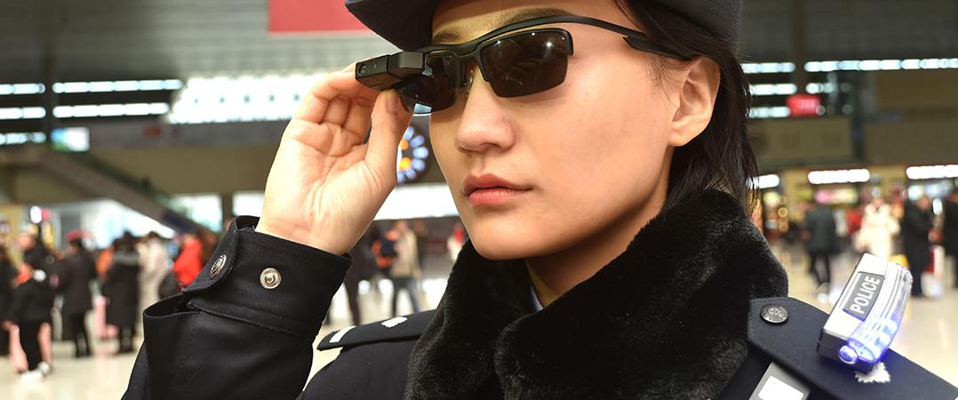 Polícias chineses usam óculos inteligentes para identificar suspeitos